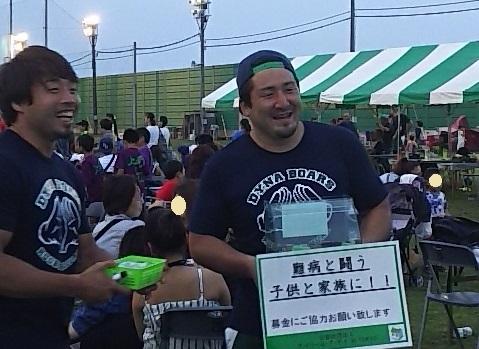 ファン感謝イベントで募金箱を持つ選手